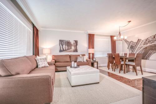 11 Cicerella Crescent Toronto-large-008-5-Living Room-1500x1000-72dpi